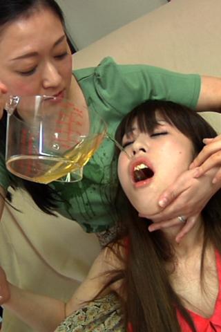 変態美人ママと変態美少女の聖水飲み合いレズ