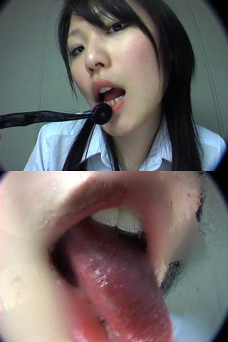 べろ全開 舌苔を掃除する娘