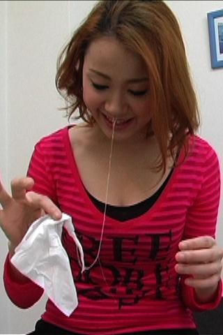 麻美ちゃんの手で鼻水の粘度調べ
